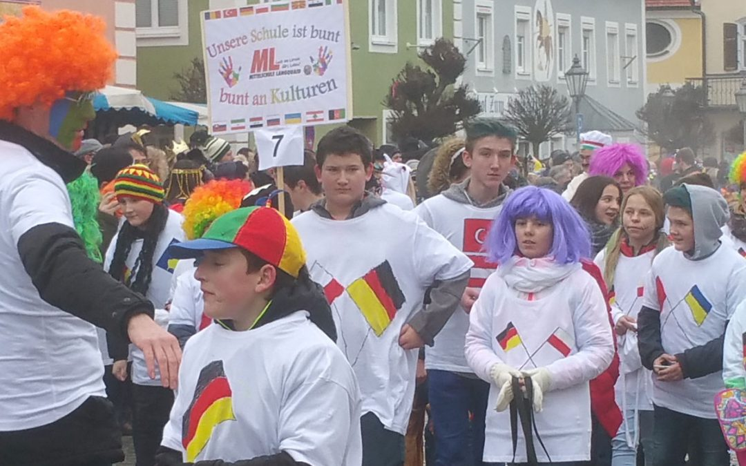 """""""Bunte"""" Mittelschule beim Faschingsumzug"""