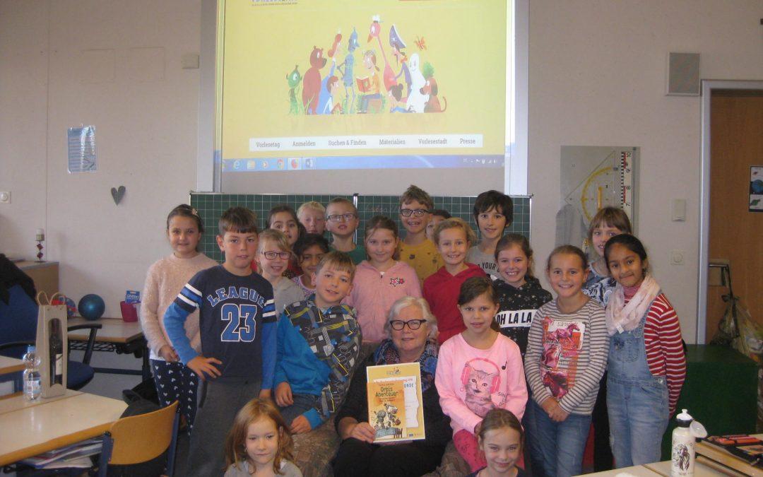 Frau Troll von der Gemeindebücherei besucht die Klasse 3b