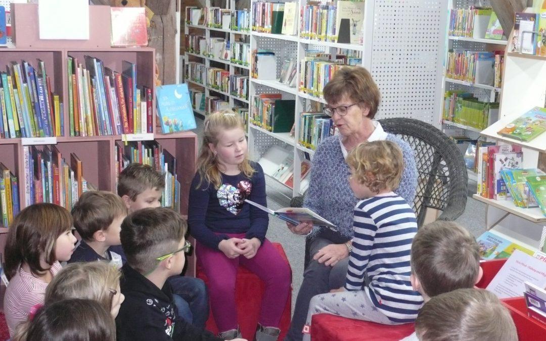 Die beiden 1. Klassen besuchen die Bücherei