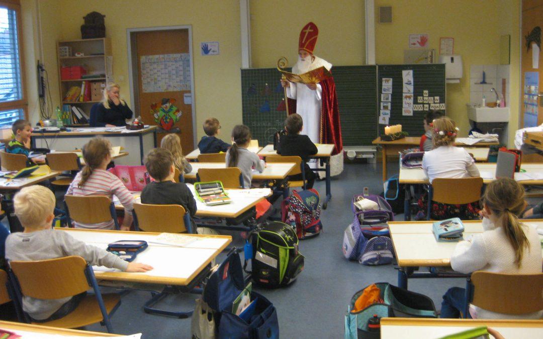 Nikolaus besucht die Schule