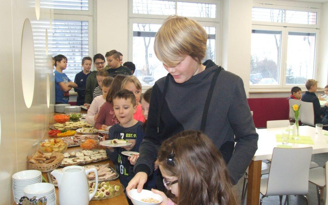 """Projekt """"Gesundes Frühstück"""" der zweiten und siebten Klassen"""