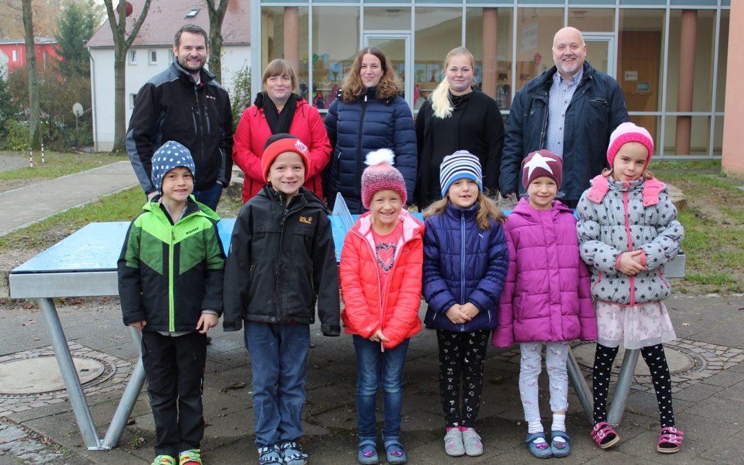 Elternbeirat der Grundschule stiftet neue Tischtennisplatte auf dem Pausenhof