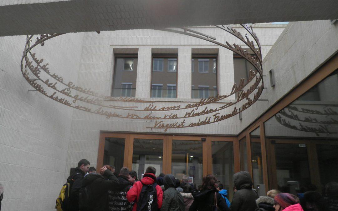 Judentum ist mehr als Kippa und koscher – Langquaider Mittelschüler in neuer Synagoge Regensburg