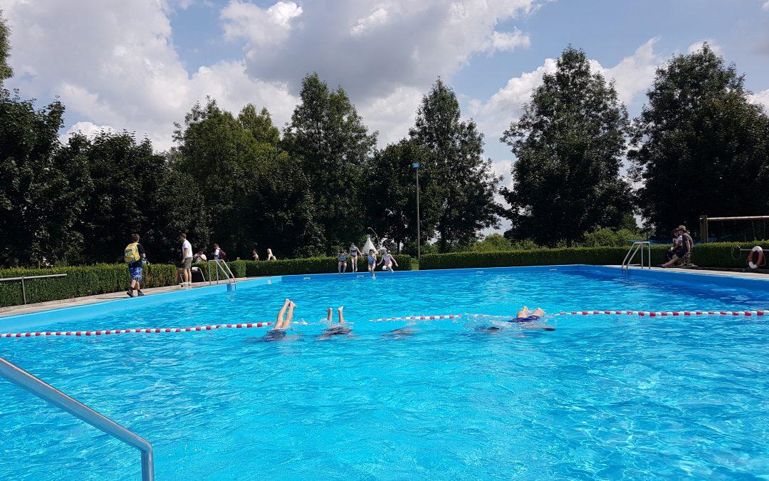 Mittelschüler verbringen einen sonnigen Vormittag im Freibad von Niederleierndorf