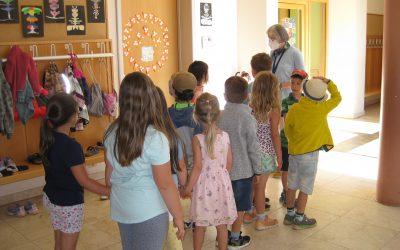 Vorschulkinder besichtigen die Schule